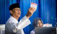 Wahidin Nyoblos di TPS 2 Pinang Kota Tangerang
