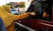 Bagikan Takjil, PKS Kota Serang Libatkan Anak Kader