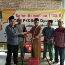 Safari Ramadhan, PKS Bagikan Al-Qur'an untuk Warga