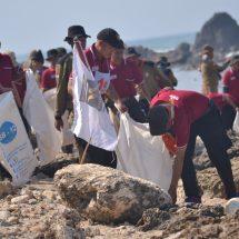 Ratusan Kader PKS Banten Bersihkan Pantai Sawarna