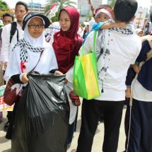 Hadir di Aksi Bela Palestina, Para Mahasiswi Ini Punguti Sampah