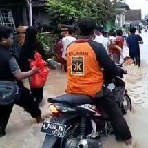 Tembus Medan Banjir, Relawan PKS Tetap Salurkan Bantuan