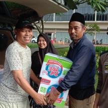 PKS Teluknaga Bagikan Makanan Siap Saji dan Pakaian Layak untuk Korban Banjir